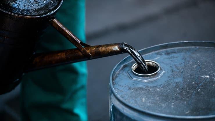 Giá xăng dầu hôm nay 1/10: Giá dầu tiếp tục giảm sau phiên giảm hôm qua - Ảnh 1.