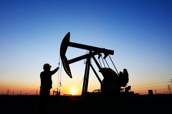 Giá xăng dầu hôm nay 17/2: Giá dầu tiếp tục leo thang khi các giàn khoan của Mỹ bị hạn chế - Ảnh 1.