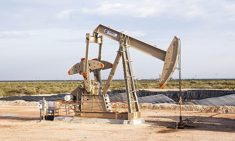 Giá xăng dầu hôm nay 20/2: Giá dầu giảm 2% chấm dứt đà tăng liên tục trong tuần - Ảnh 1.