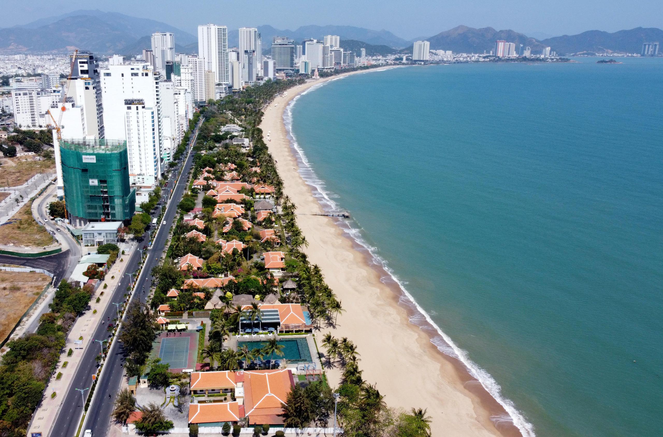 Khánh Hòa thu hồi 10.000 m2 mặt nước biển cho doanh nghiệp thuê để làm bãi tắm công cộng - Ảnh 1.