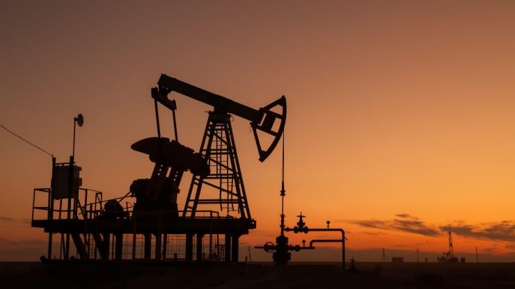 Giá xăng dầu hôm nay 24/2: giá dầu giảm nhưng vẫn giữa ở mức cao trong năm - Ảnh 1.