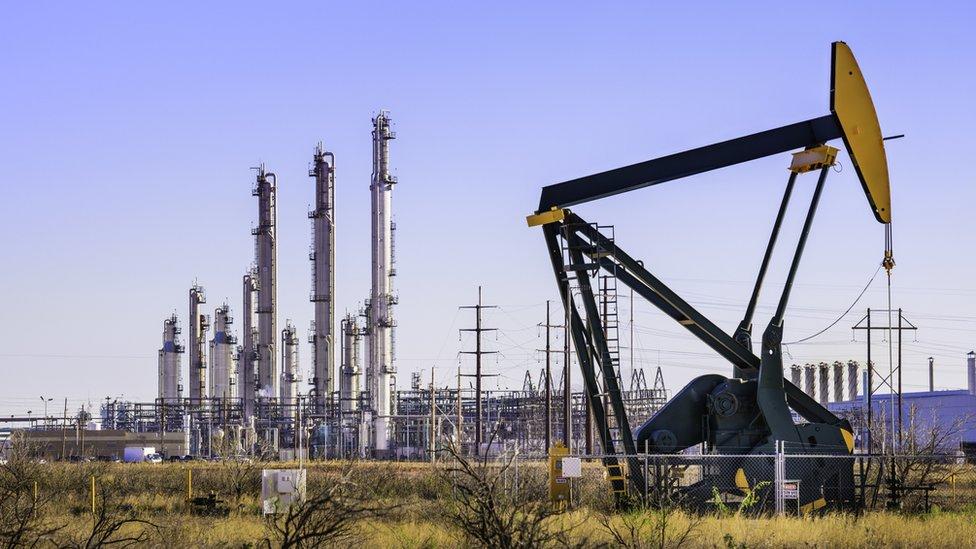 Giá xăng dầu hôm nay 9/2: Giá dầu tăng mạnh vượt mốc 60 USD/thùng - Ảnh 1.