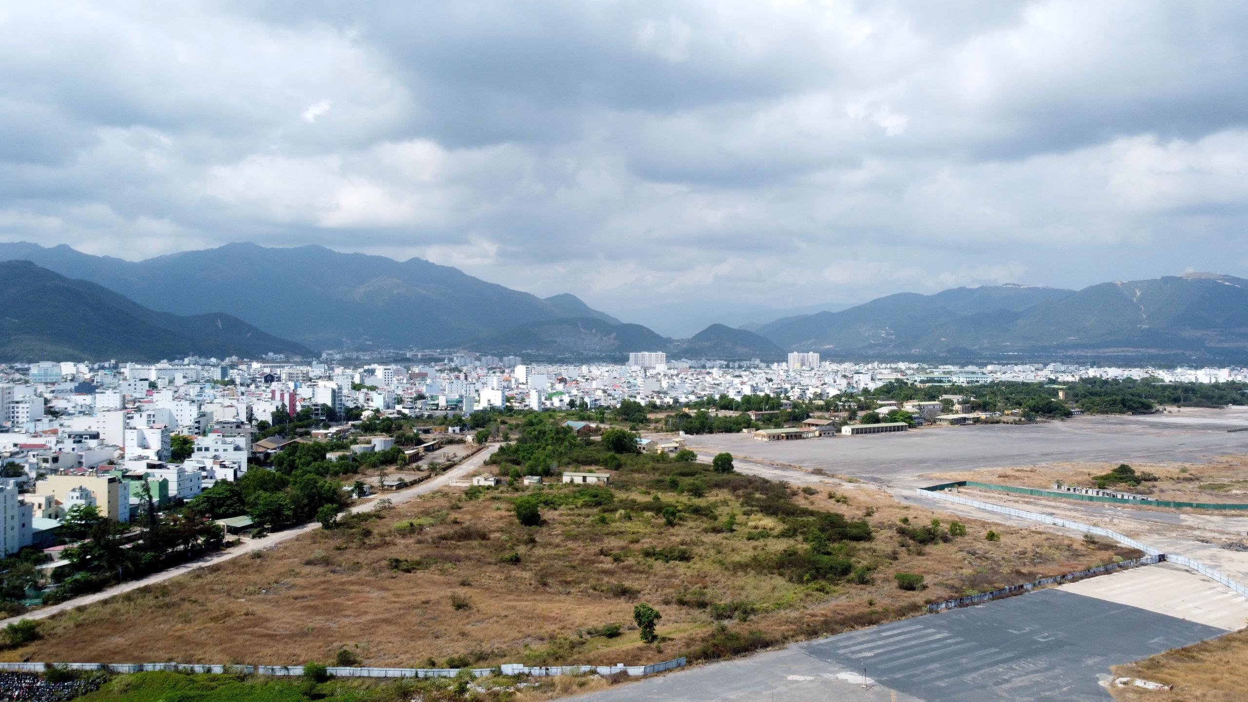 Cận cảnh khu đất sân bay Nha Trang cũ chuẩn bị đấu giá đất - Ảnh 8.