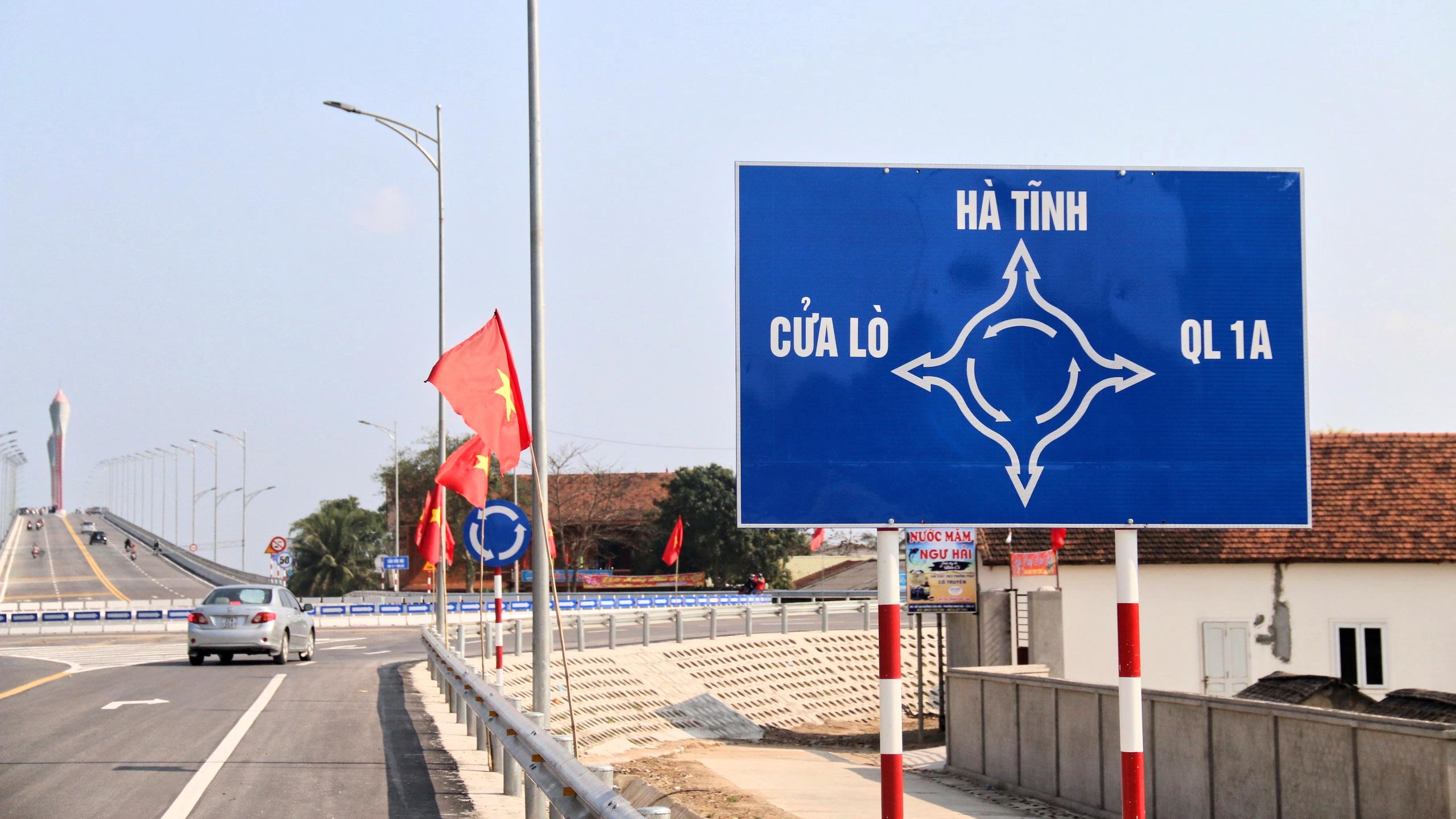 Người dân Nghệ An, Hà Tĩnh du xuân trên cầu gần nghìn tỷ vừa thông xe - Ảnh 1.