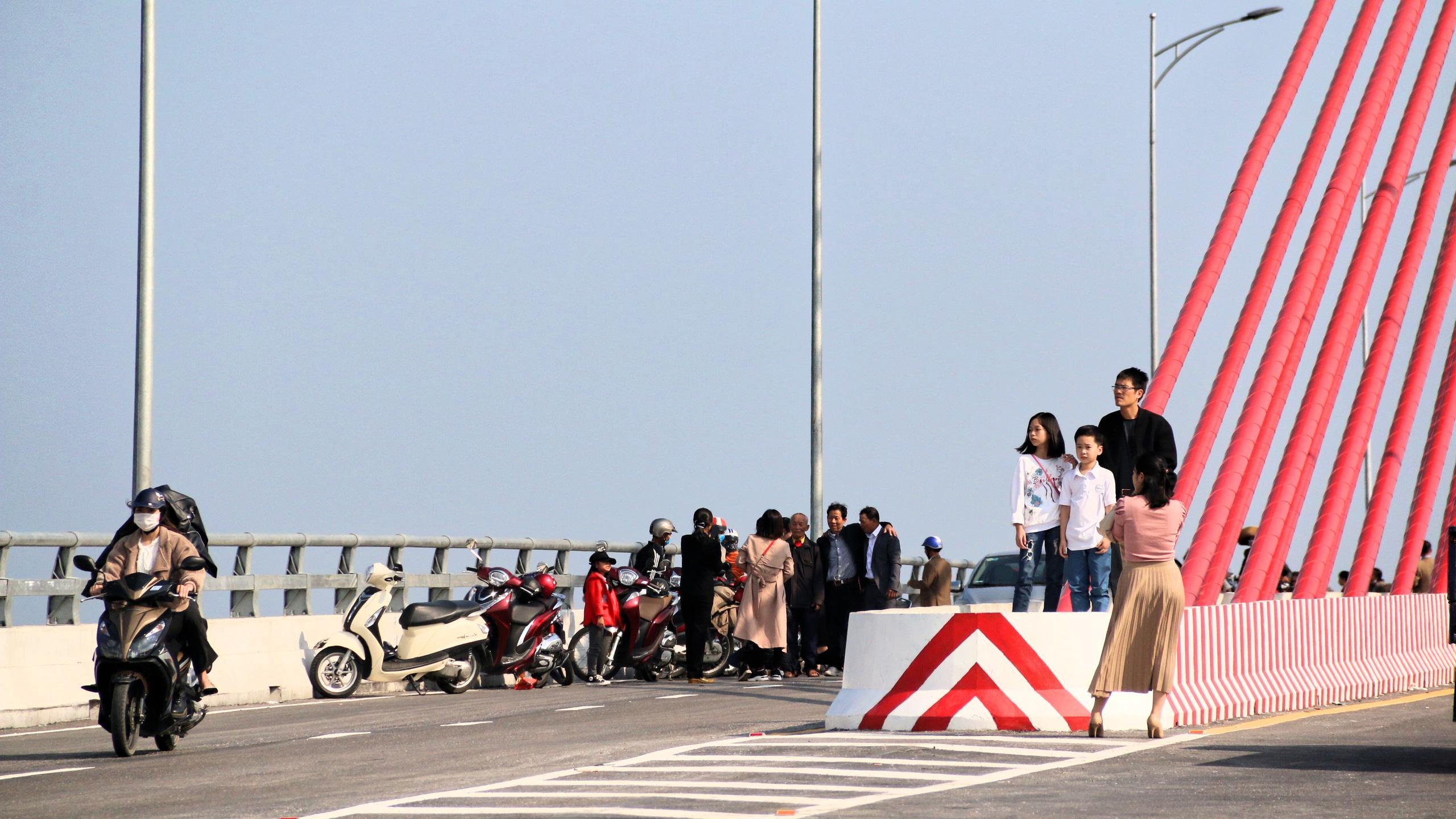 Người dân Nghệ An, Hà Tĩnh du xuân trên cầu gần nghìn tỷ vừa thông xe - Ảnh 14.