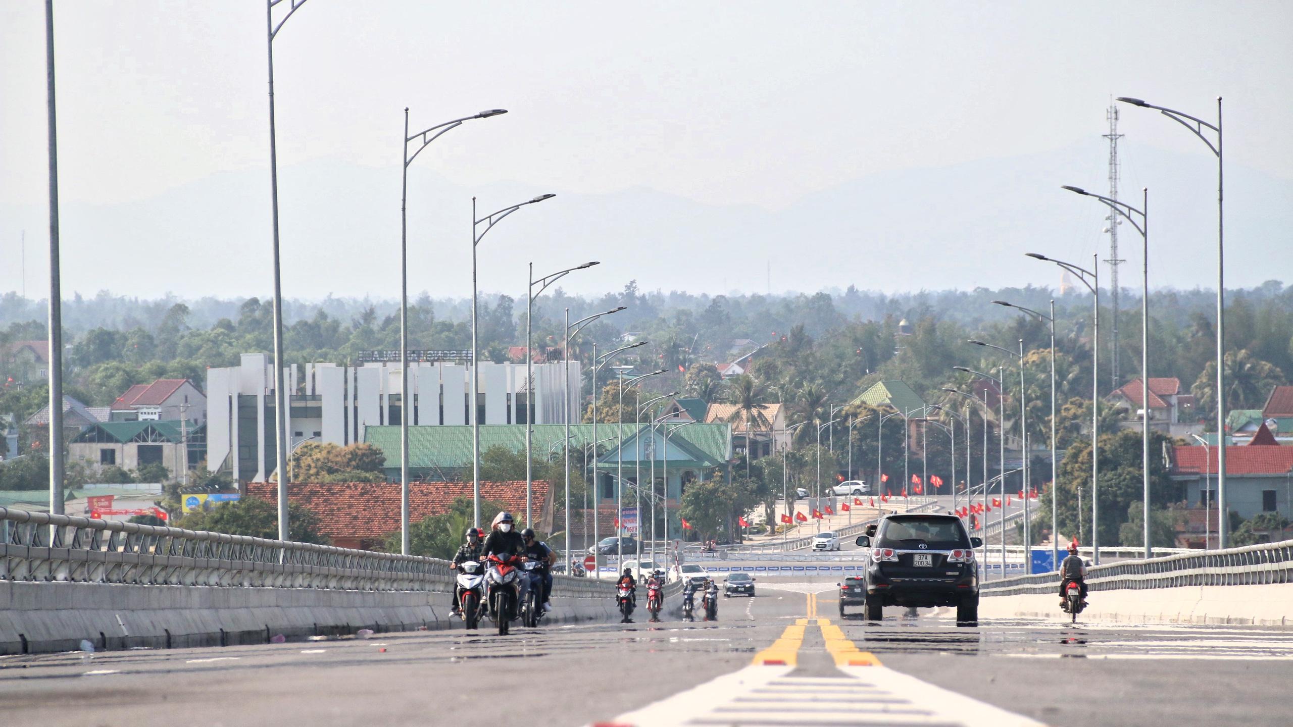 Người dân Nghệ An, Hà Tĩnh du xuân trên cầu gần nghìn tỷ vừa thông xe - Ảnh 13.