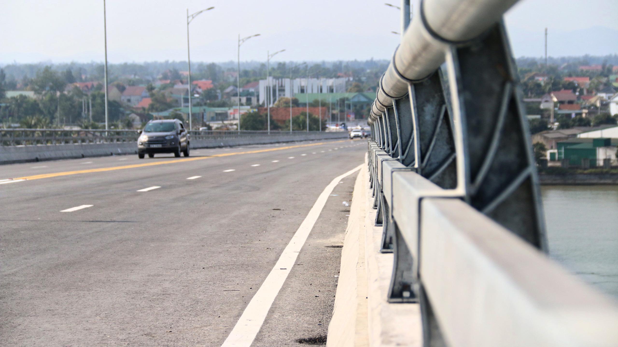 Người dân Nghệ An, Hà Tĩnh du xuân trên cầu gần nghìn tỷ vừa thông xe - Ảnh 10.