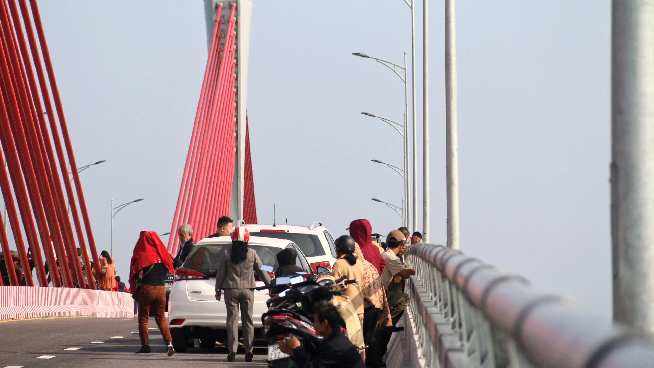 Người dân Nghệ An, Hà Tĩnh du xuân trên cầu gần nghìn tỷ vừa thông xe - Ảnh 16.
