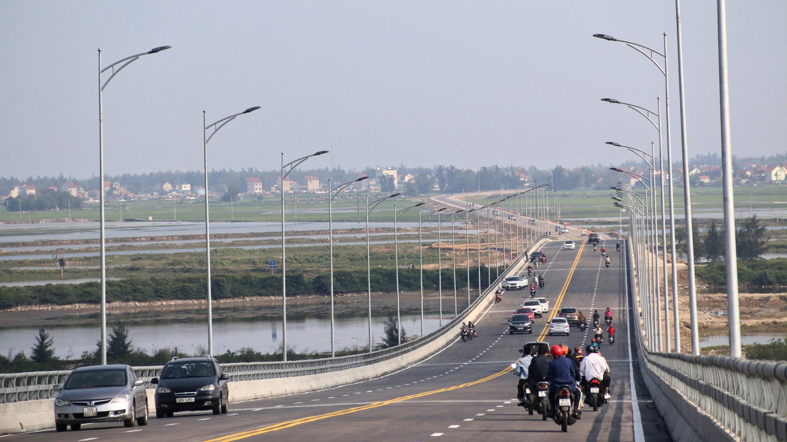 Người dân Nghệ An, Hà Tĩnh du xuân trên cầu gần nghìn tỷ vừa thông xe - Ảnh 18.