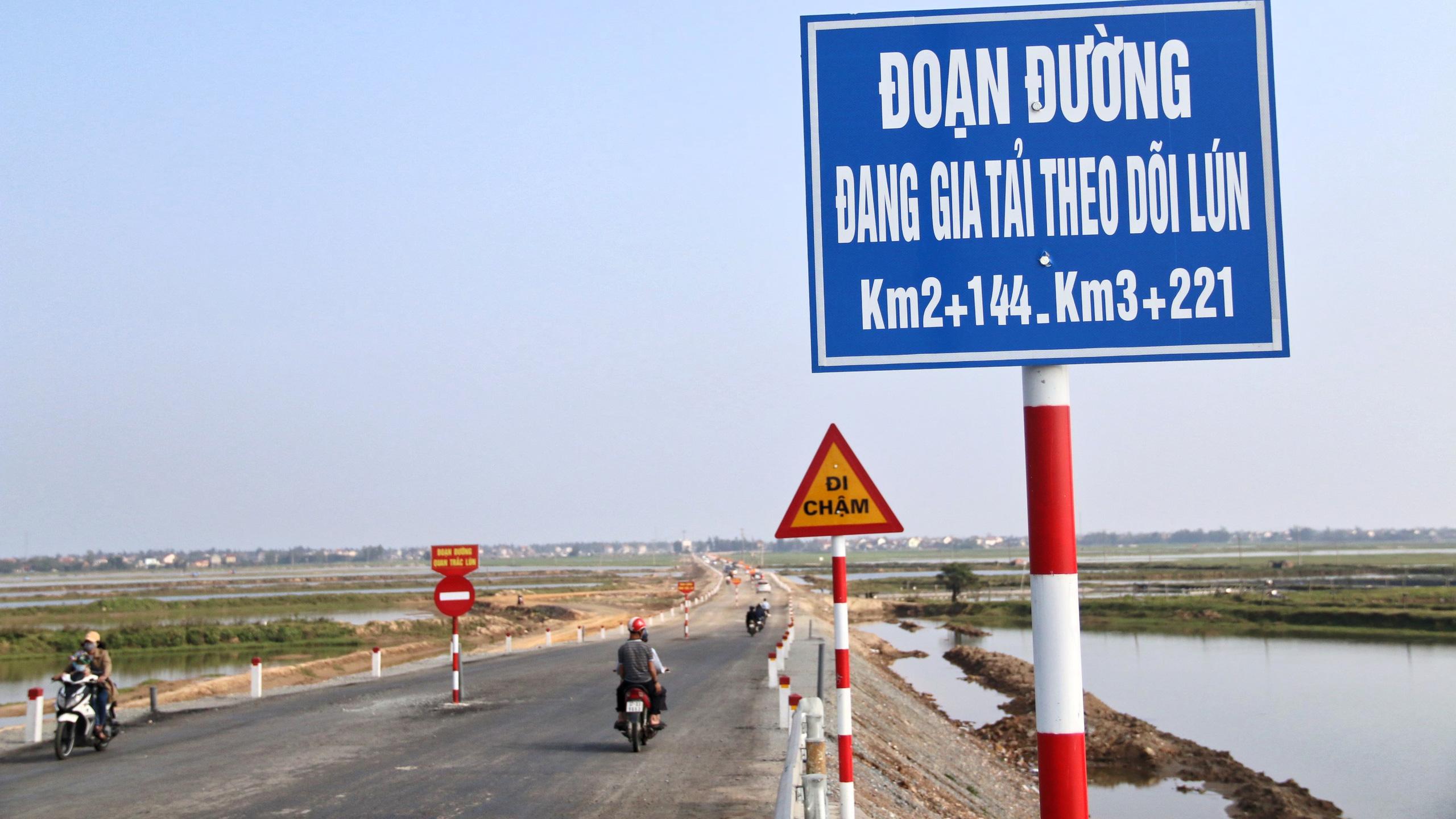 Người dân Nghệ An, Hà Tĩnh du xuân trên cầu gần nghìn tỷ vừa thông xe - Ảnh 19.