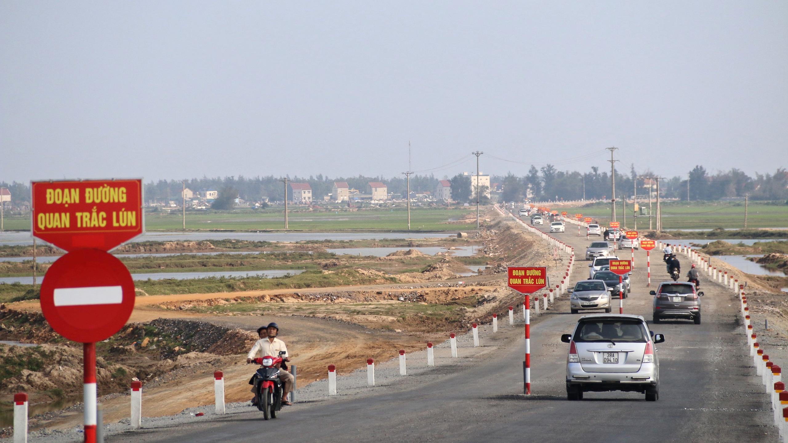 Người Nghệ An, Hà Tĩnh du xuân trên cầu gần nghìn tỷ vừa thông xe - Ảnh 20.