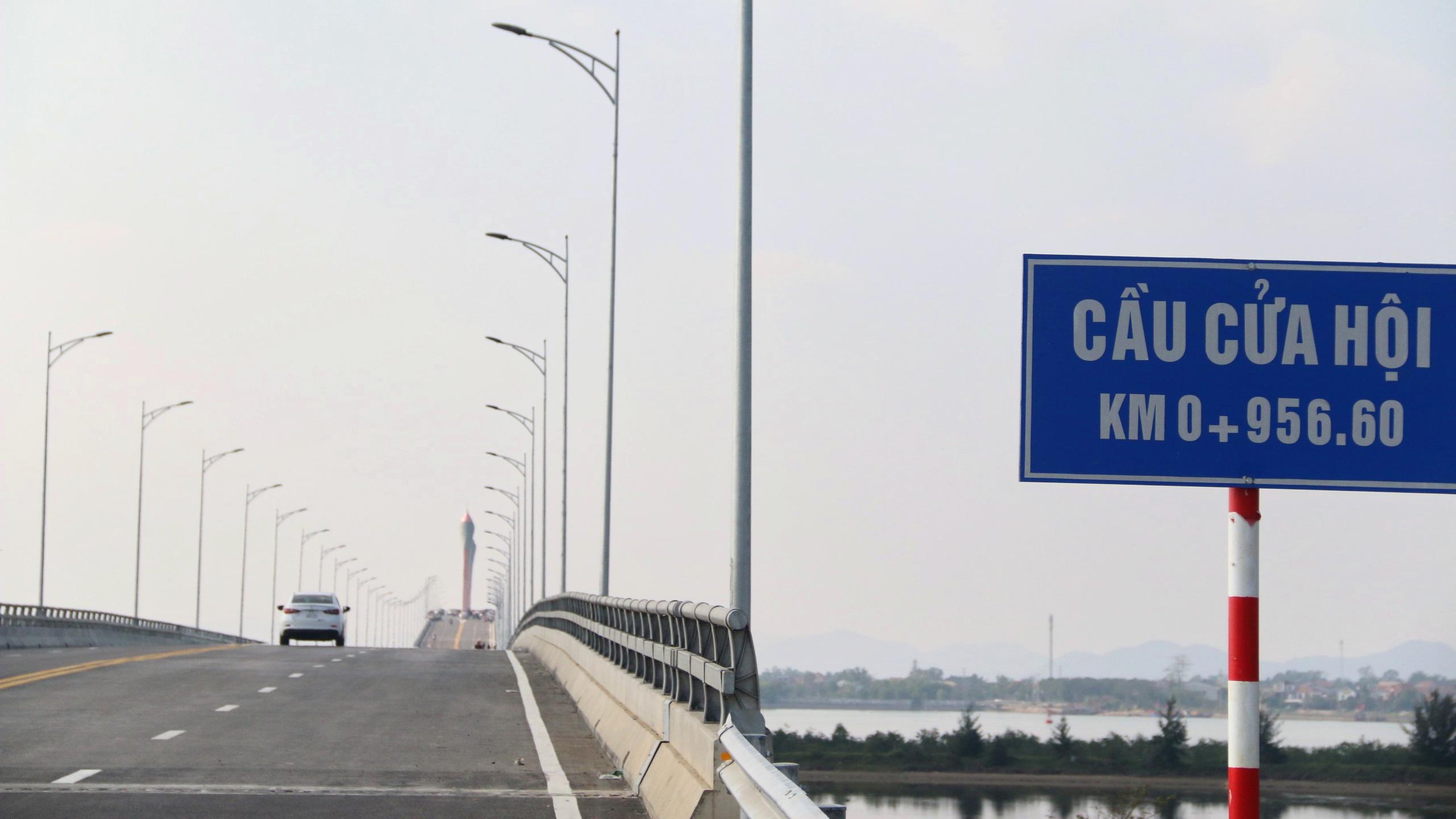 Người dân Nghệ An, Hà Tĩnh du xuân trên cầu gần nghìn tỷ vừa thông xe - Ảnh 20.