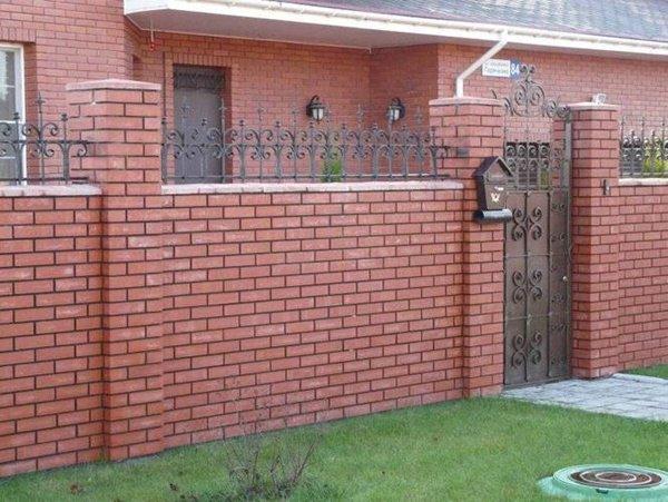 Gợi ý một số mẫu hàng rào đẹp và kiên cố cho nhà cấp 4 - Ảnh 2.