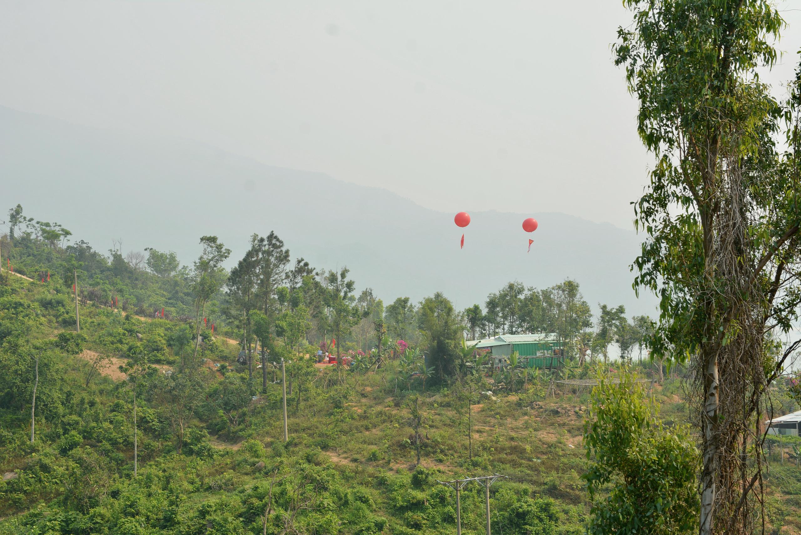 Khu vực tổ chức lễ khởi động nằm ở dưới chân đèo Hải Vân, trên khu vực đất sẽ triển khai dự án Làng Vân, cách Quốc lộ 1 khoảng 200 m.