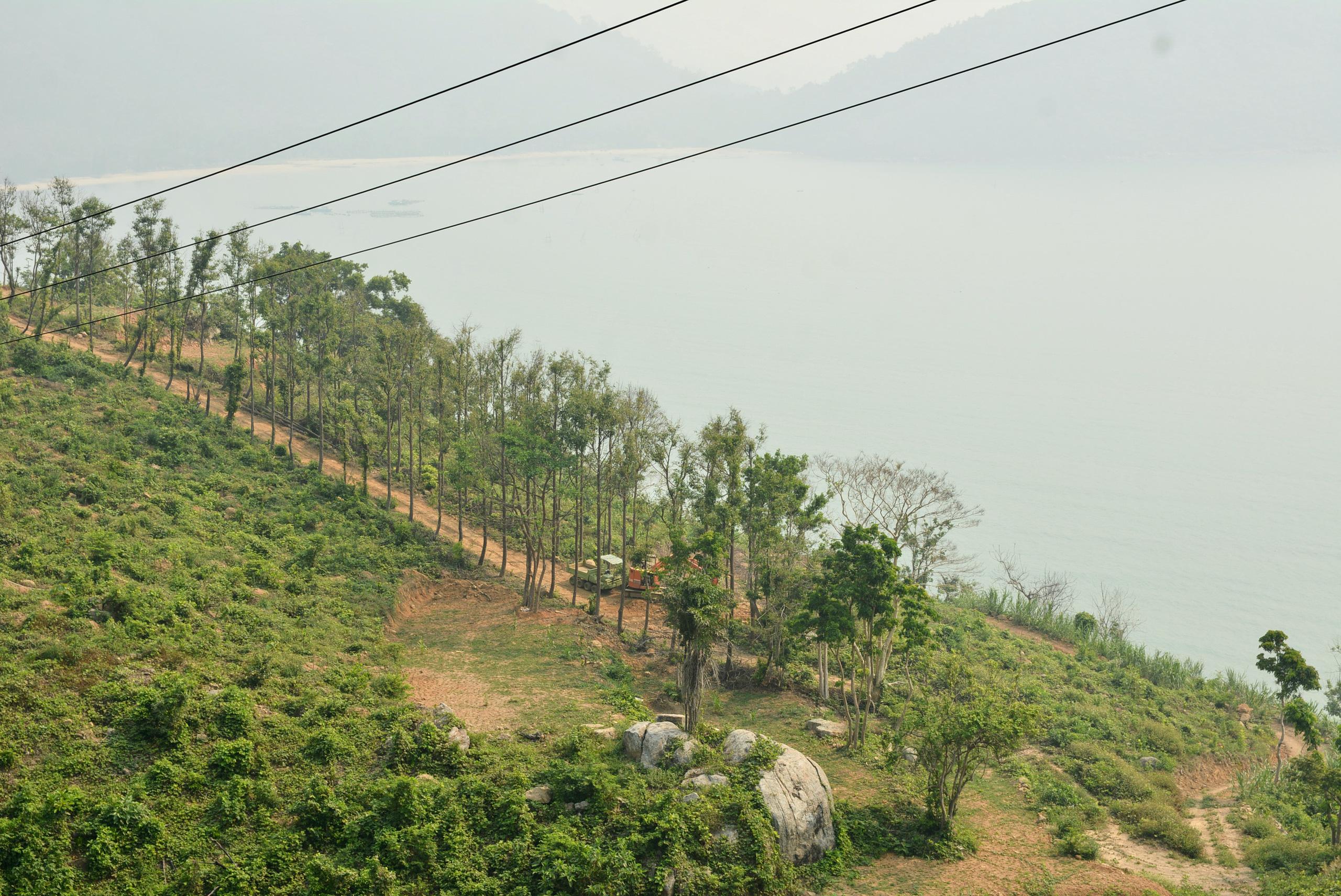 Theo quan sát thực tế của người viết, tại khu vực dự án Làng Vân đang có nhiều máy xúc, và nhà tạm để phục vụ lễ khởi động dự án.