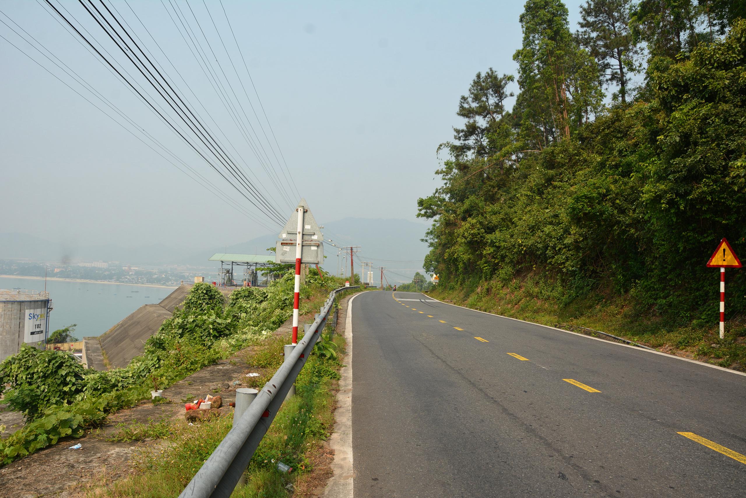Từ vị trí dự án Làng Vân cách trung tâm TP Đà Nẵng khoảng 12 km, UBND quận Liên Chiểu khoảng 8 km; khu vực dự kiến triển khai Cảng Liên Chiểu 2 km.