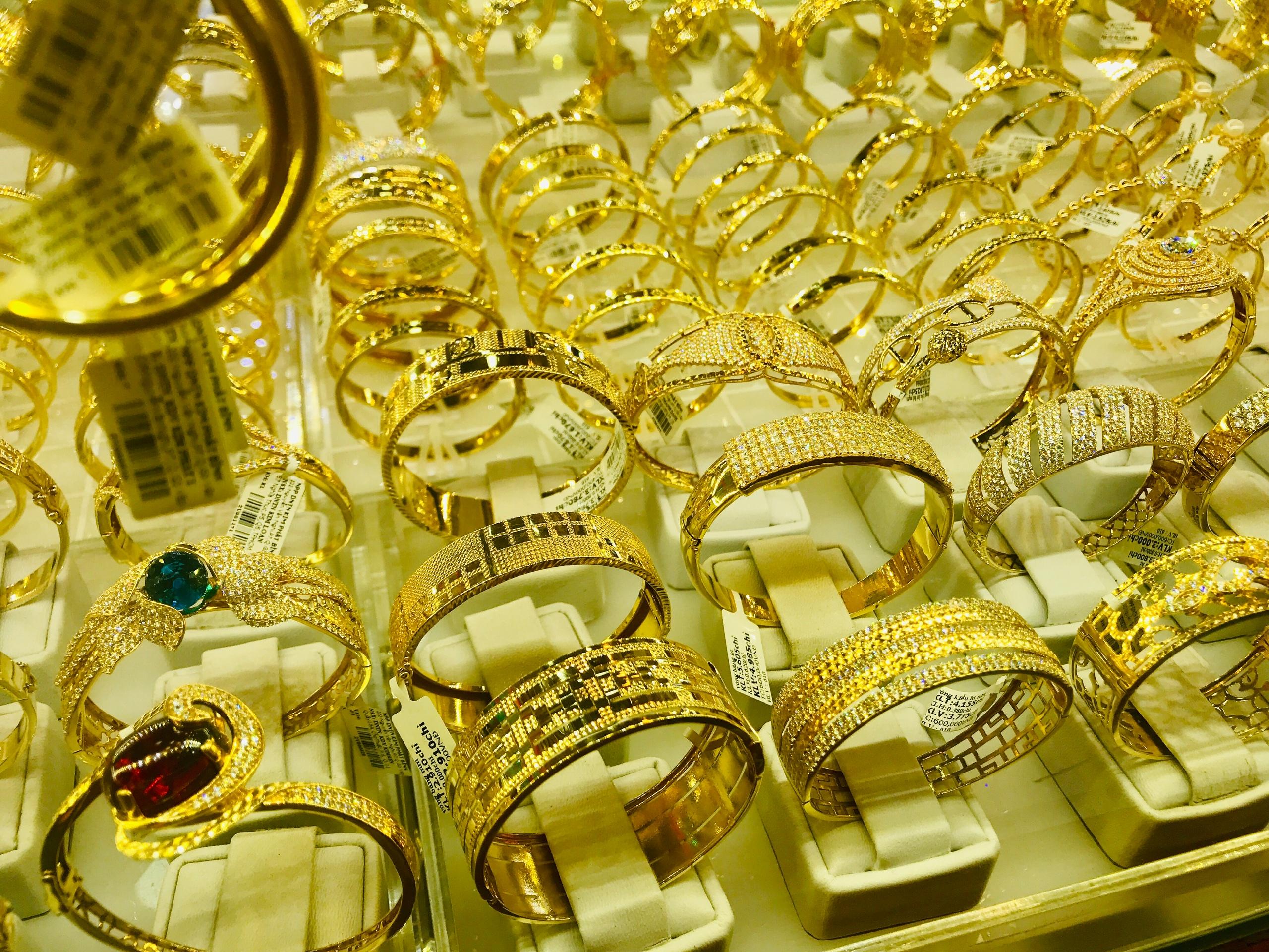 Giá vàng hôm nay 31/3: SJC tiếp tục lao dốc, mất thêm 250.000 đồng/lượng - Ảnh 1.