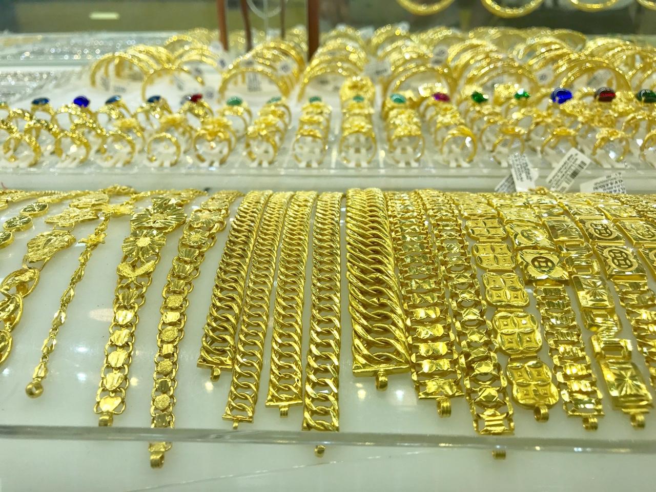 Giá vàng hôm nay 1/4: Đồng loạt tăng mạnh tại các hệ thống - Ảnh 1.
