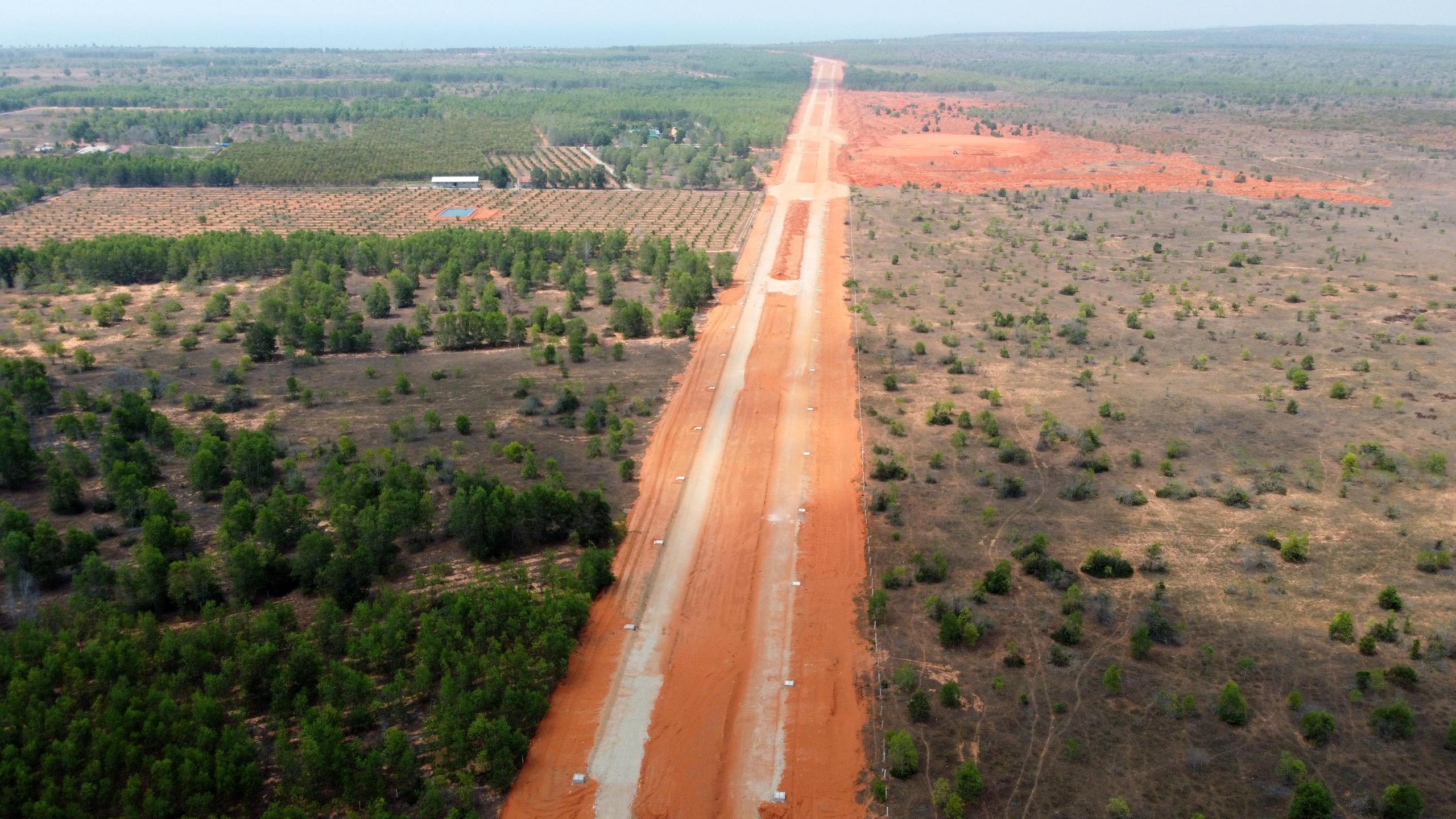 Cận cảnh sân bay Phan Thiết gây sốt đất - Ảnh 13.