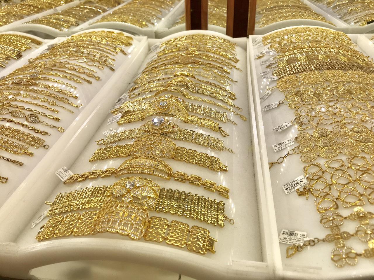 Giá vàng hôm nay 20/4: Vàng miếng SJC quay đầu giảm 200.000 đồng/lượng - Ảnh 1.
