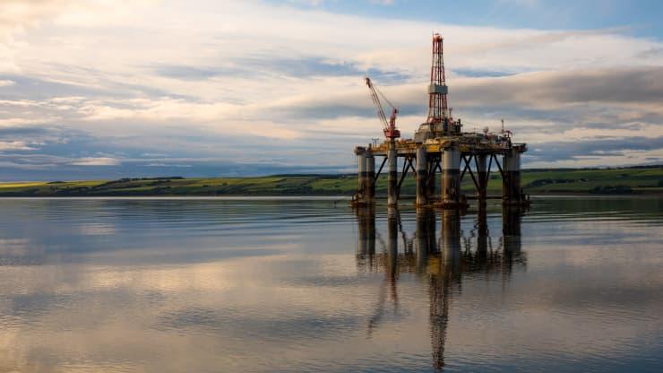 Giá xăng dầu hôm nay 20/4: Giá dầu tăng trở lại khi đồng đô la giảm - Ảnh 1.