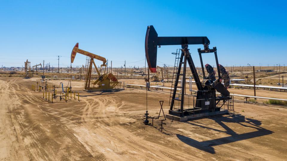 Giá xăng dầu hôm nay 21/4: Giá dầu giảm trở lại từ mức cao nhất do lo ngại về nhu cầu - Ảnh 1.
