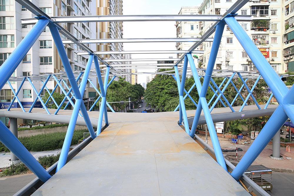 Cận cảnh cầu vượt bộ hành mới hình chữ Y ở Hà Nội - Ảnh 7.