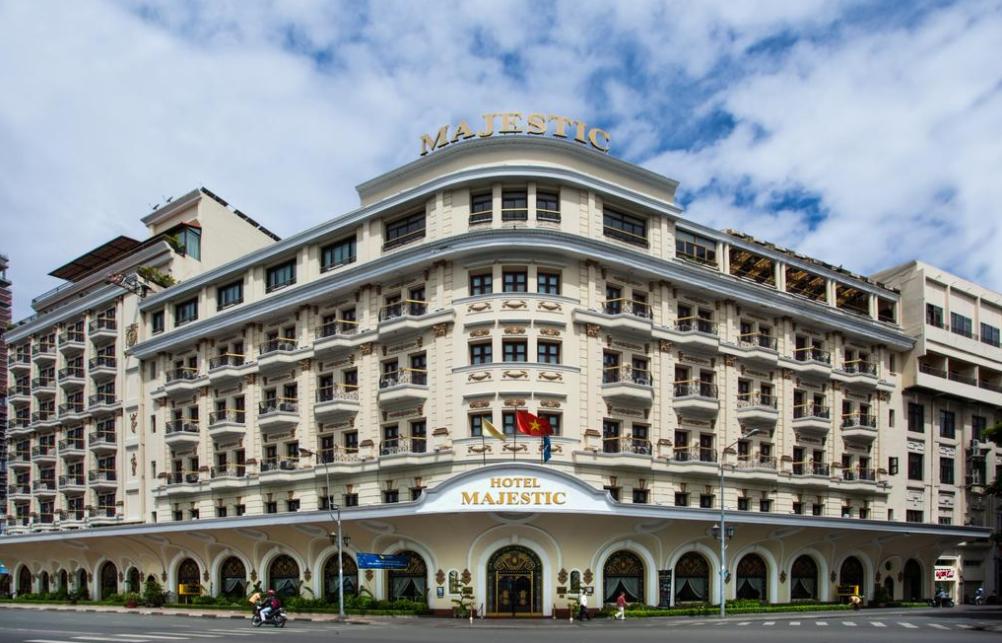TP HCM đề xuất không cổ phần hóa Saigontourist vì liên quan loạt khách sạn đất vàng - Ảnh 1.