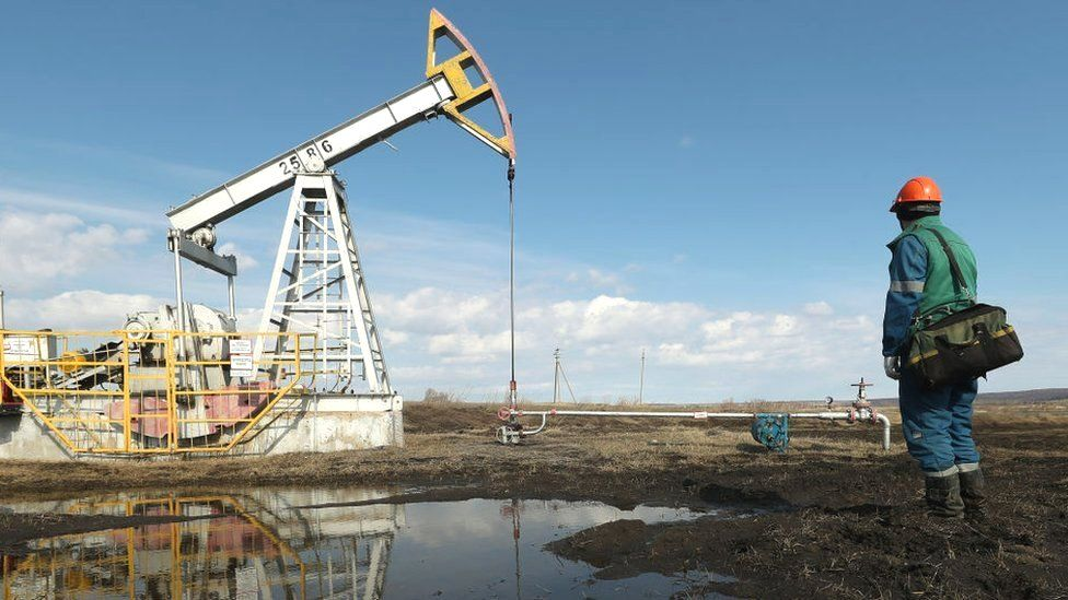 Giá xăng dầu hôm nay 24/6: Giá dầu tiếp tục giảm khi nguồn cung của Mỹ thắt chặt - Ảnh 1.