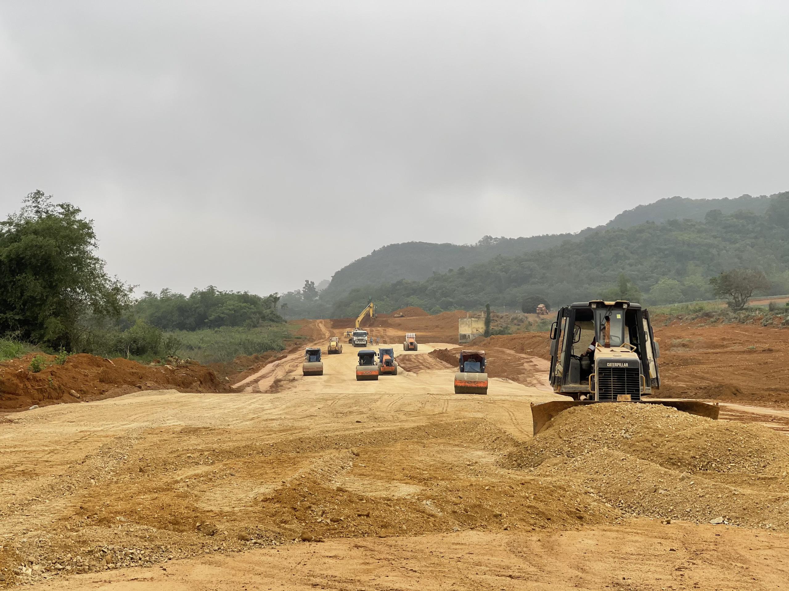 Thiếu vật liệu, 4 dự án của cao tốc Bắc - Nam chậm tiến độ - Ảnh 1.