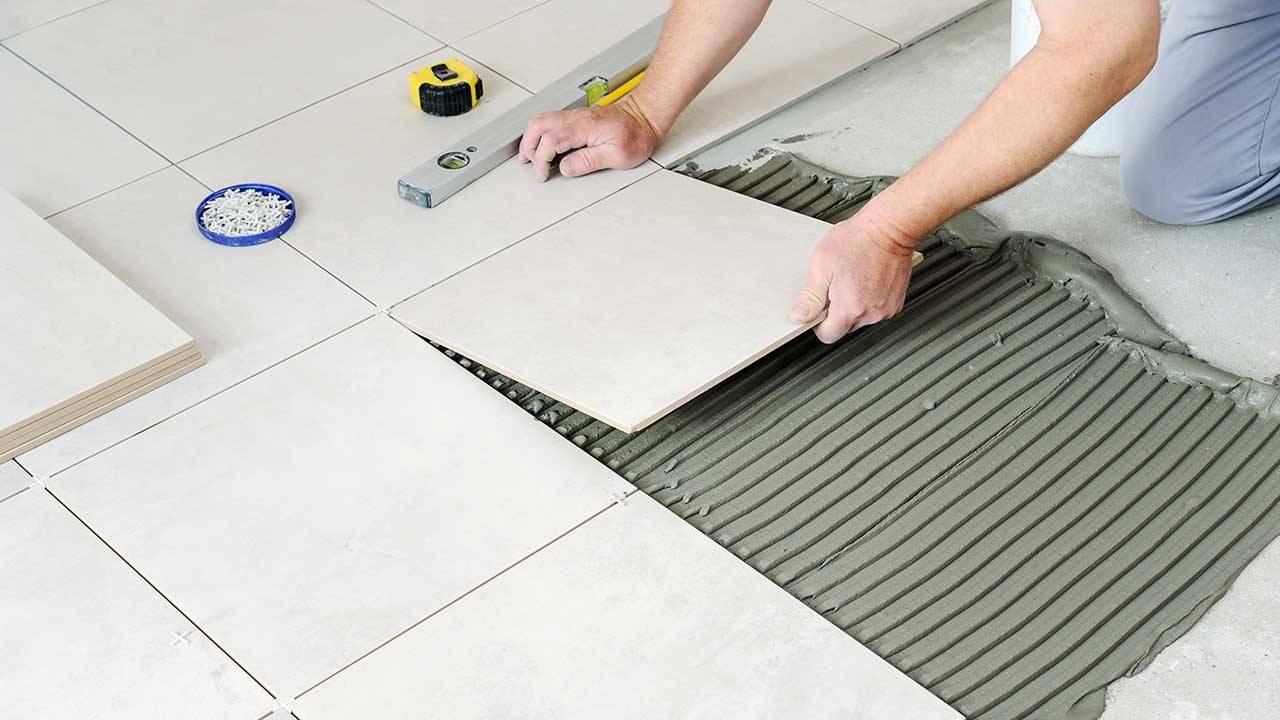 Có nên dùng keo dán gạch khi lát sàn? So sánh keo dán gạch và xi măng - Ảnh 1.