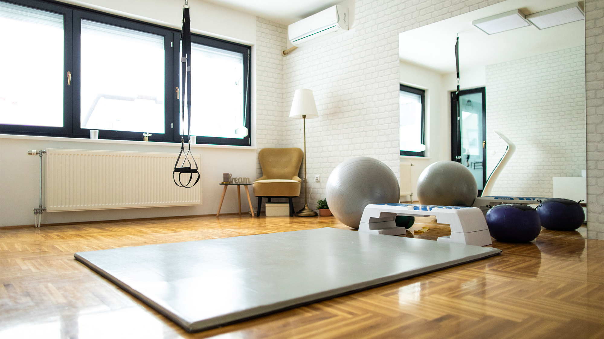Mách bạn cách thiết kế phòng tập thể dục tại nhà hữu ích trong mùa dịch - Ảnh 1.