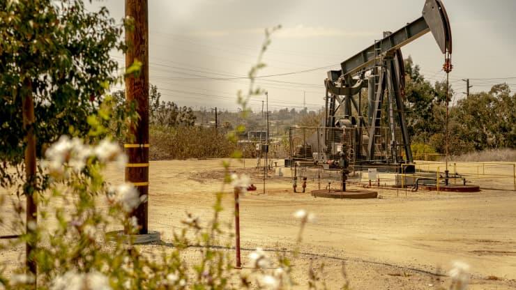 Giá xăng dầu hôm nay 4/8: Tiếp tục điều chỉnh giảm và có những biến động khó lường - Ảnh 1.
