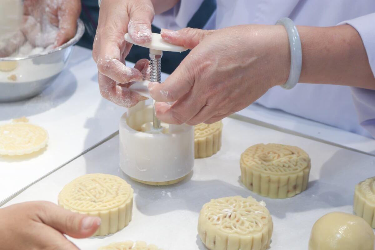 Tham khảo 3 cách làm bánh Trung thu không cần lò nướng đơn giản - Ảnh 3.
