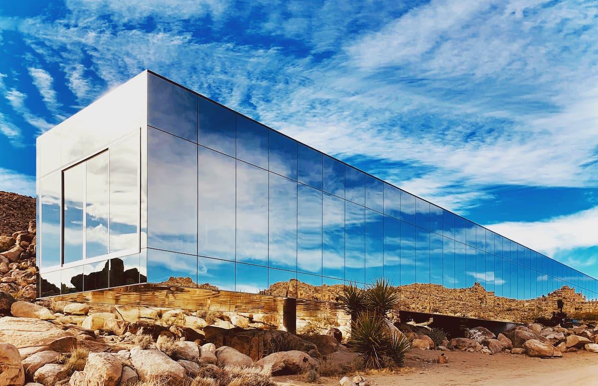 Khám phá ngôi nhà 'vô hình' giữa vùng sa mạc rộng lớn ở Mỹ - Ảnh 1.
