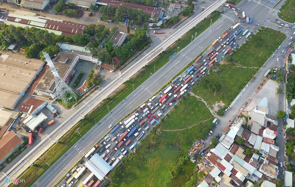 Xe container bịt kín cửa ngõ quan trọng nhất của Sài Gòn - Ảnh 1.