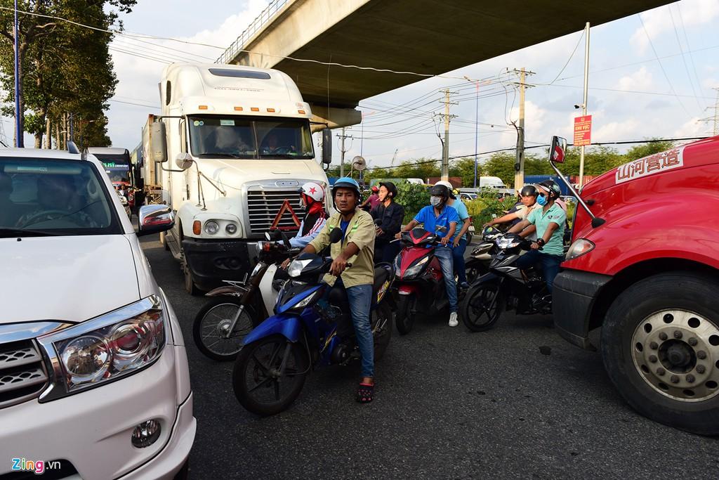 Xe container bịt kín cửa ngõ quan trọng nhất của Sài Gòn - Ảnh 10.