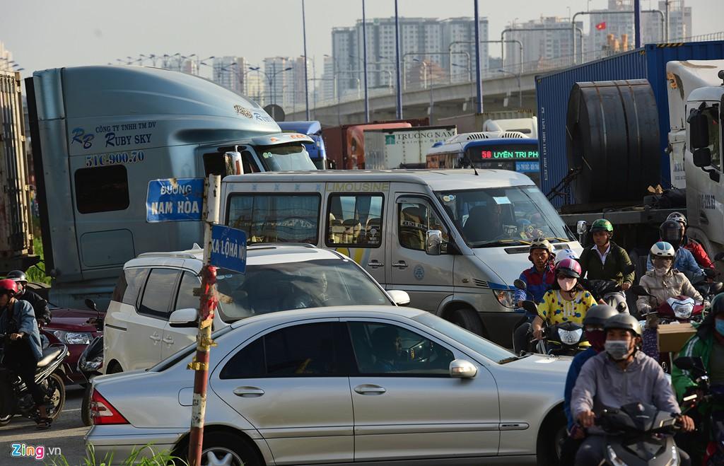 Xe container bịt kín cửa ngõ quan trọng nhất của Sài Gòn - Ảnh 13.