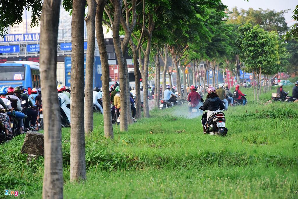 Xe container bịt kín cửa ngõ quan trọng nhất của Sài Gòn - Ảnh 16.