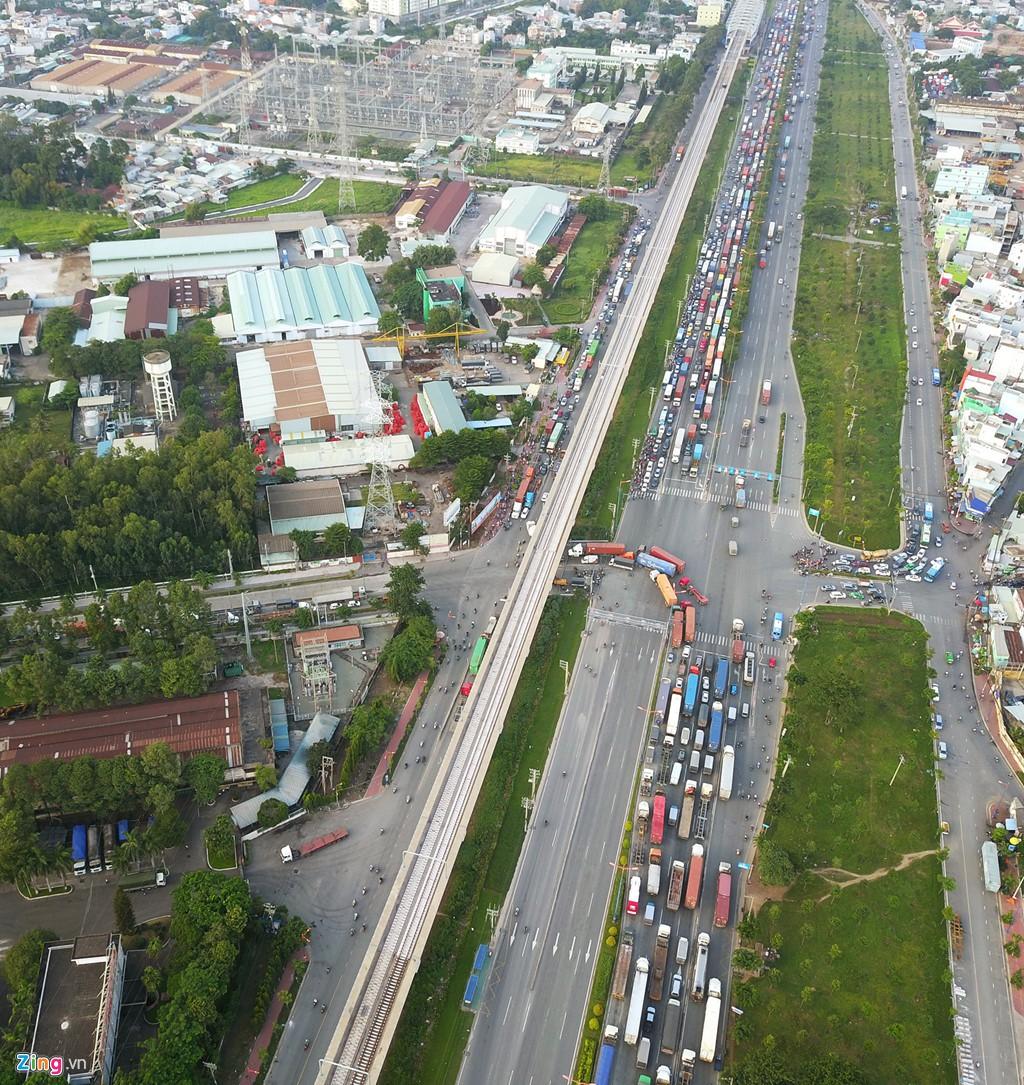 Xe container bịt kín cửa ngõ quan trọng nhất của Sài Gòn - Ảnh 2.