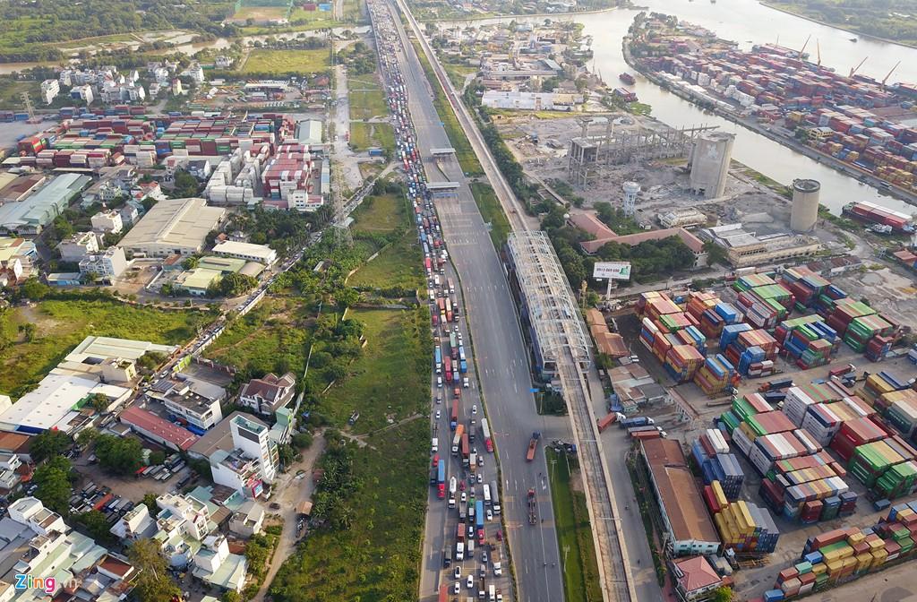 Xe container bịt kín cửa ngõ quan trọng nhất của Sài Gòn - Ảnh 3.