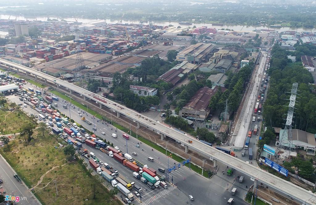 Xe container bịt kín cửa ngõ quan trọng nhất của Sài Gòn - Ảnh 4.