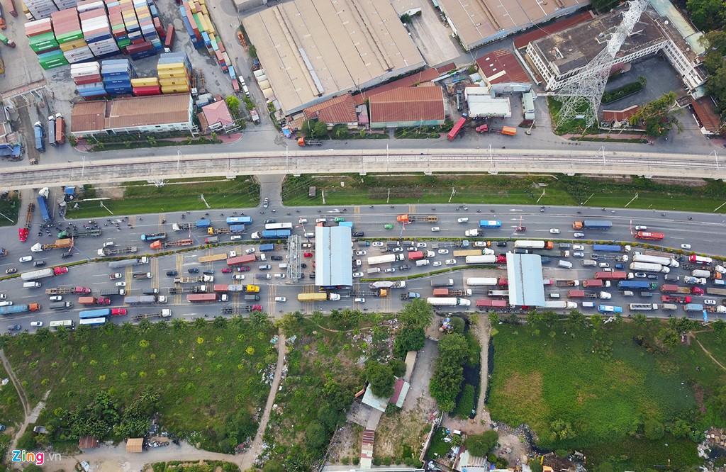Xe container bịt kín cửa ngõ quan trọng nhất của Sài Gòn - Ảnh 5.