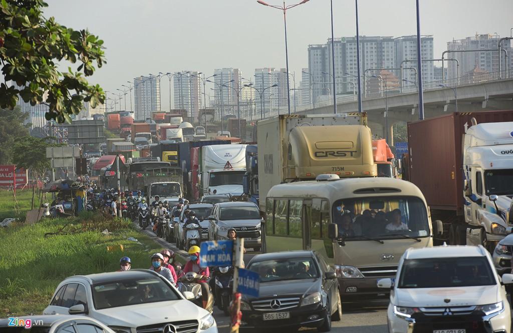 Xe container bịt kín cửa ngõ quan trọng nhất của Sài Gòn - Ảnh 6.