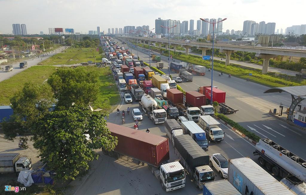 Xe container bịt kín cửa ngõ quan trọng nhất của Sài Gòn - Ảnh 7.