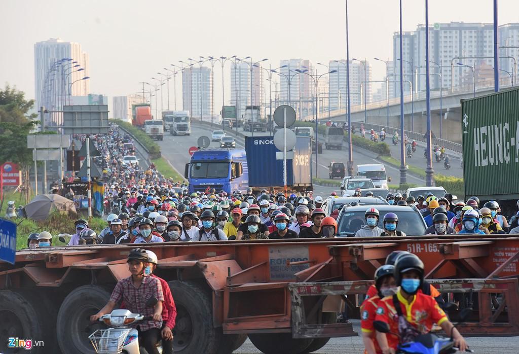 Xe container bịt kín cửa ngõ quan trọng nhất của Sài Gòn - Ảnh 8.