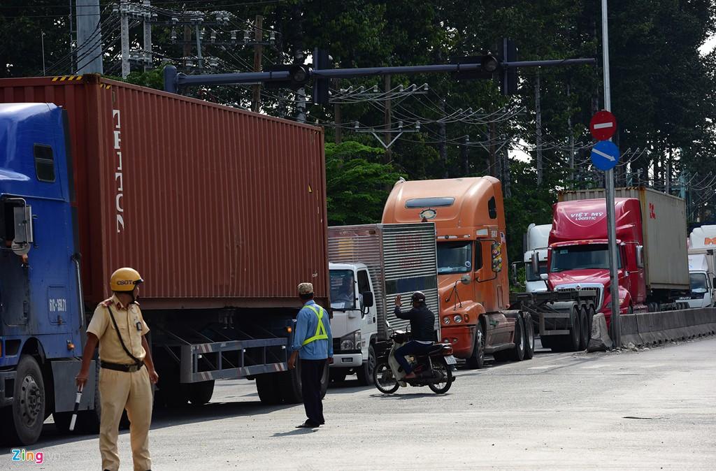 Xe container bịt kín cửa ngõ quan trọng nhất của Sài Gòn - Ảnh 9.