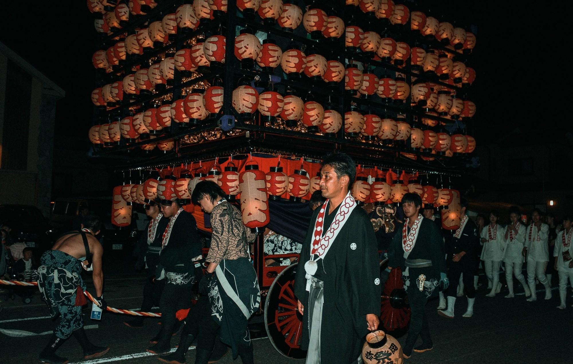 Chiêm ngưỡng lễ hội đèn lồng 350 tuổi ở Nhật Bản - Ảnh 12.