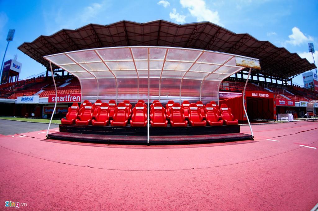 Cận cảnh sân đấu tuyển Việt Nam - Indonesia trên đảo du lịch Bali - Ảnh 3.