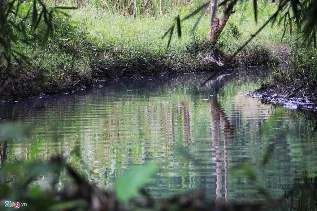 Dòng suối gần nhà máy nước sông Đà vẫn đen kịt sau 1 tuần bị đổ trộm - Ảnh 1.